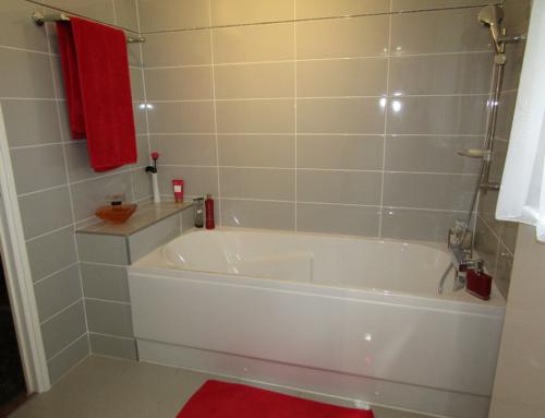 Embellissement d'une salle de bain avec pose de carrelage et faïence