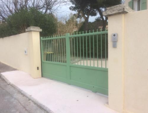 Portail, crépi clôture et sol béton désactivé