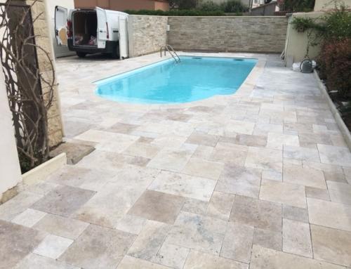 Plage de piscine en travertin et parement de pierres extérieur