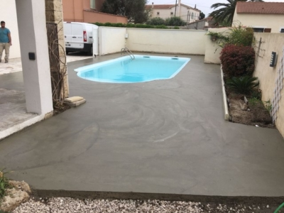 Terrasse travertin et parement de pierres à Fos
