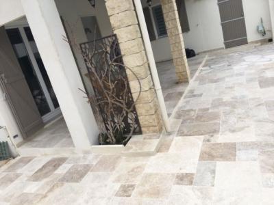 Terrasse travertin et parement de pierres à Fos